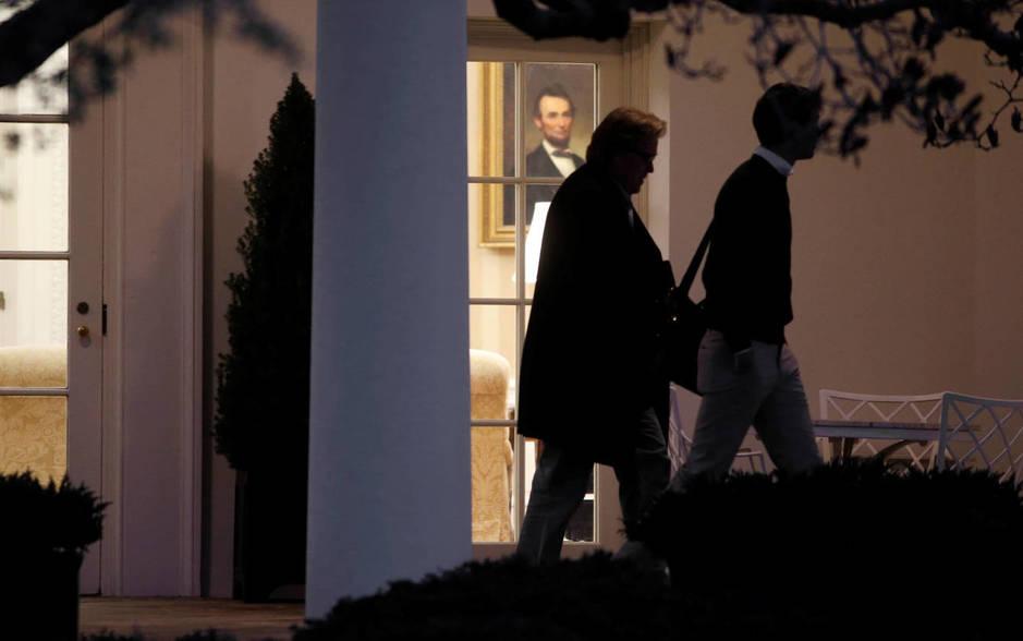 El jefe de estrategia Stephen Bannon y el asesor Jared Kushner a su llegada a la Casa Blanca, en Washington (Reuters).