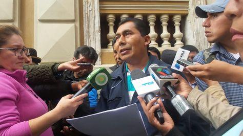 El alcalde de Palca, René Aruquipa en rueda de prensa tras la presentación de la impugnación.