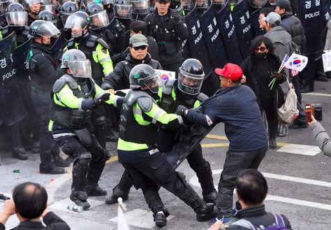 Enfrentamientos entre Policía surcoreana y simpatizantes de la presidenta destituída Park Geun-hye.