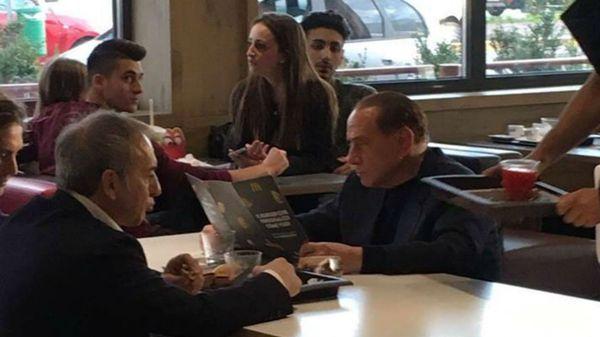 Silvio Berlusconi en el local de comida rápida