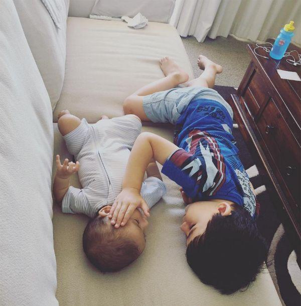 William consuela a su hermanito Thomas (Instagram)