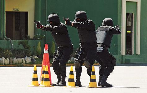 Acción. Policías de grupos especiales realizan ejercicios con armas en el patio de la Anapol, en febrero de este año.