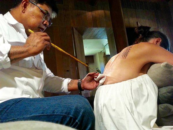Ajarn Noo Kanpai utiliza una barra de acero con agujas quirúrgicas para ilustrar con tinta la espalda de Angelina Jolie. Fue en febrero de 2016, cuando nada hacía sospechar que se separaría de Brad Pitt (Grosby Group)