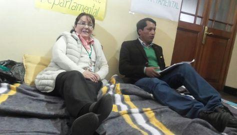 El secretario General de la Gobernación de La Paz, Ricardo Mamani, y la asesora General, María Esther Palma, instalaron la huelga de hambre. Foto: Dennis Luizaga