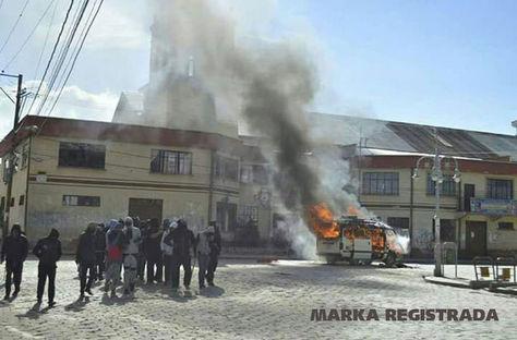 Pobladores de Achacachi queman movilidad del alcalde, Édgar Ramos Laura.