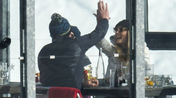 El Príncipe William y Sophie estrechan sus manos sonrientes, entre vasos de cervezas y copas de vino (Grosby Group)