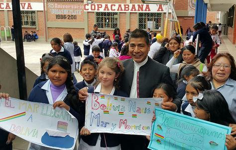 El canciller Fernando Huanacuni se toma fotografías con niños de escuela Copacabana. Foto: La Razón