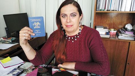 La representante adjunta de la Defensoría del Pueblo, Tamara Nuñez del Prado, con una libreta militar.