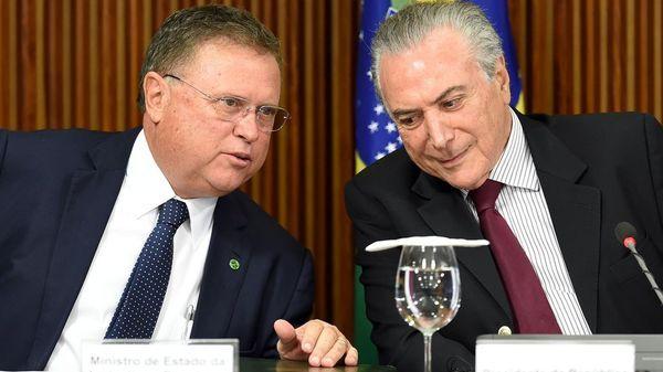 Blairo Maggi, ministro de Agricultura de Brasil, junto al presidente Michel Temer (AFP)