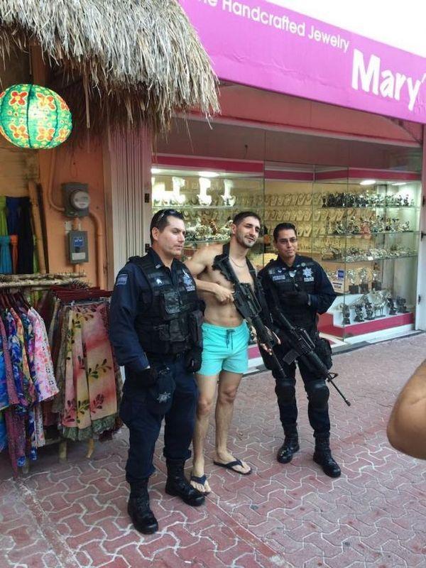 El suceso ocurrió en la quinta avenida del balneario Playa del Carmen, en el estado mexicano de Quintana Roo, donde los oficiales se encontraban patrullando