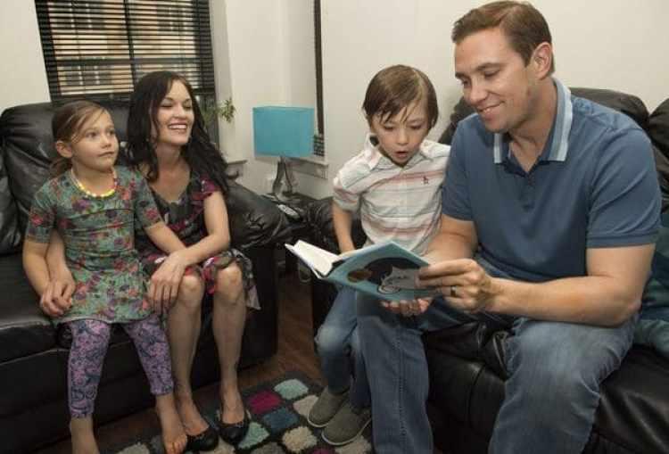 Hopwood con su esposa Ann Marie y sus hijos Mark y Grace, de 7 y 5 años. (Foto de Linda Davidson, The Washington Post)