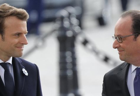 El presidente saliente francés, François Hollande (d), y el mandatario electo de Francia, Emmanuel Macron (i), durante una ceremonia por el Día de la Victoria, este lunes 8 de abril de 2017. Foto: EFE