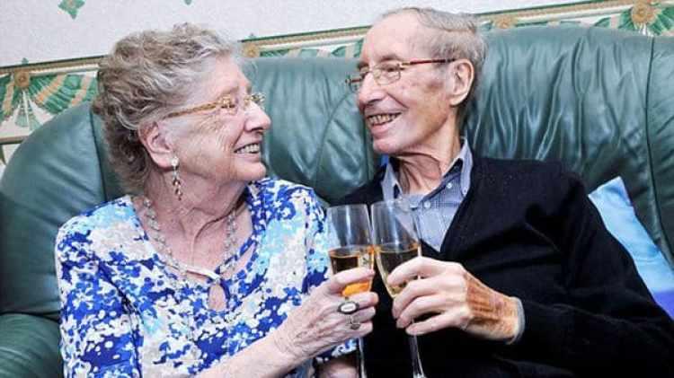 Los Whitehead, en su boda en 1950, y al celebrar los 65 años de casados, en 2015