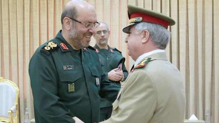 El ministro de Defensa de Irán,Hossein Dehghan, durante una reunión con el jefe del Alto Mando del ejército sirio, Ali Abdullah Ayoub (AFP)