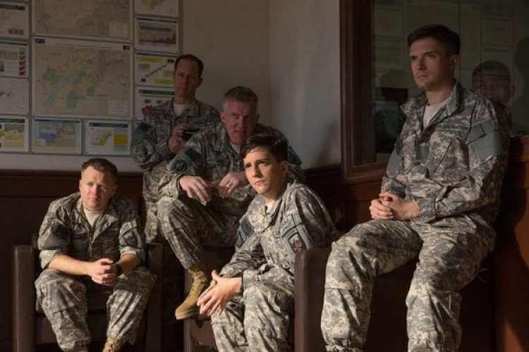 "Anthony Hayes, Daniel Betts, Anthony Michael Hall, John Magaro y Topher Grace en ""War Machine""."