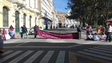 Cívicos de Oruro bloquean los accesos a la plaza 10 de febrero.