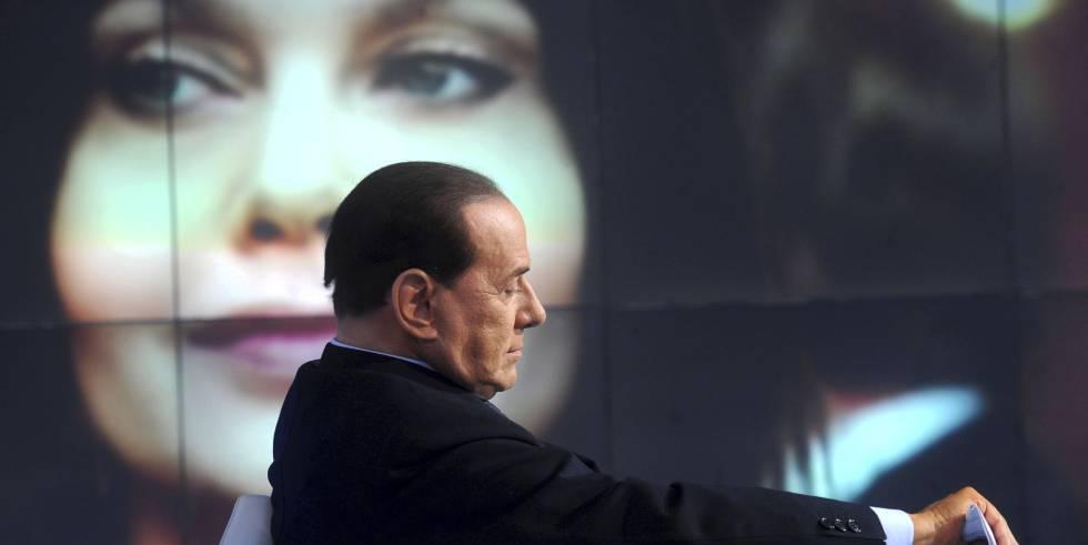 Silvio Berlusconi en primer plano y su exmujer Veronica Lario en el fondo de la imagen.