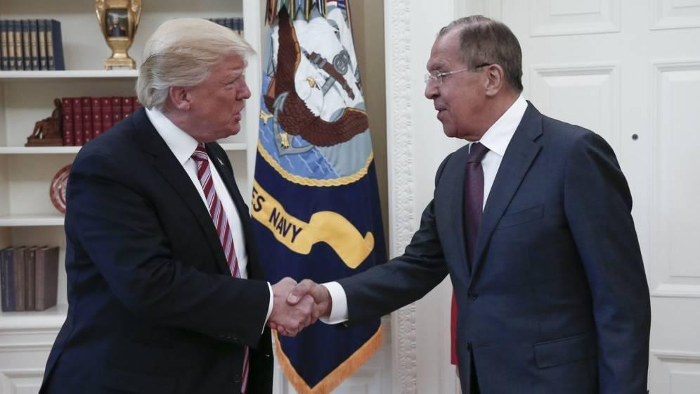 Foto: El presidente de EEUU, Donald Trump (i), estrechando la mano del ministro ruso de Exteriores, Serguéi Lavrov. (EFE)