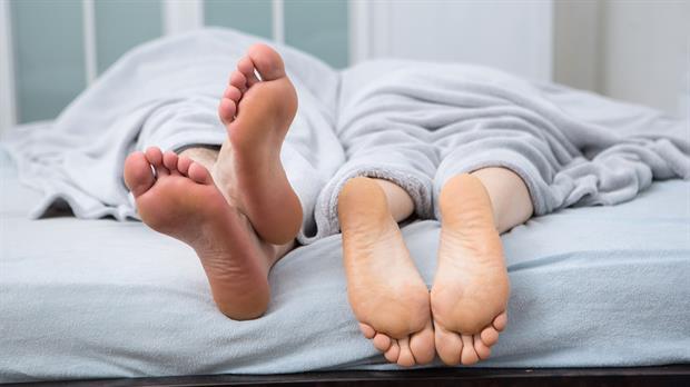 La respuesta científica de cómo deben estar los pies al dormir