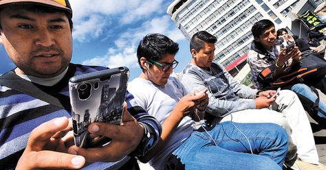 Jóvenes acceden a las redes sociales a través de sus celulares inteligentes en la plaza Eliodoro Camacho. Foto: Ángel Illanes - archivo