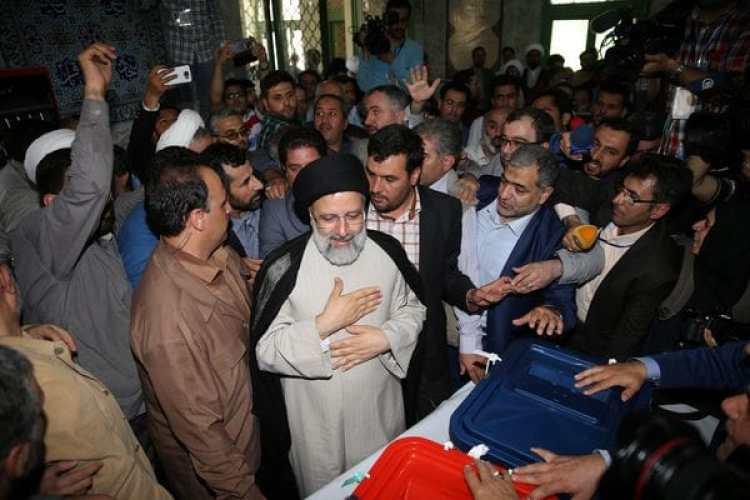 El candidato presidencial iraní, Ebrahim Raisi, votando durante la primera ronda presidencia enTeherán, Irán, el 19 de mayo de 2017 (Reuters)