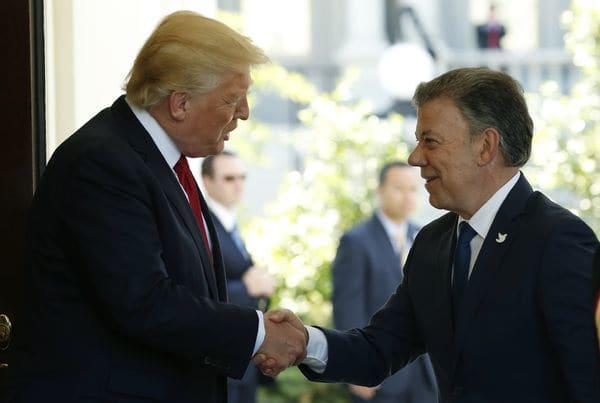 Donald Trump, presidente de los Estados Unidos, junto a Juan Manuel Santos, presidente de Colombia, cuyo embajador dejó Venezuela al inicio de la crisis (Reuters)