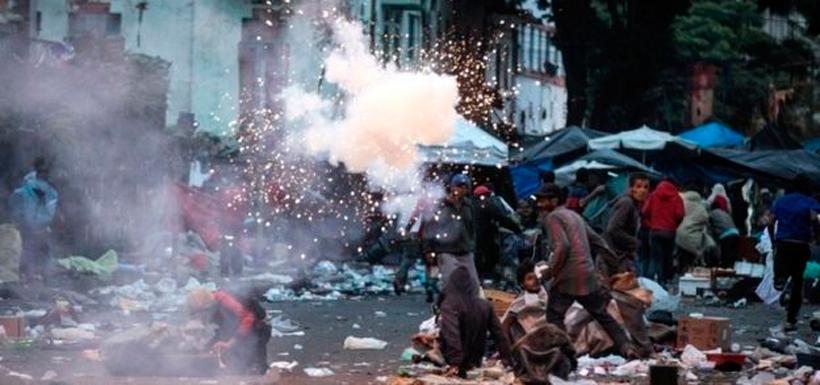 Los habitantes de la zona respondieron destruyendo autos y saqueando tiendas. Foto: EPA