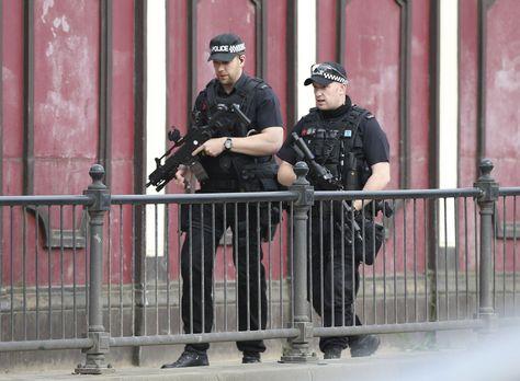 Policías patrullan los alrededores del Manchester Arena hoy, horas después del atentado. Foto: EFE