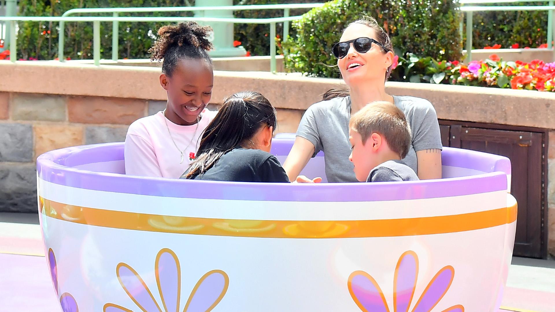 Angelina Jolie con sus hijos en Disney