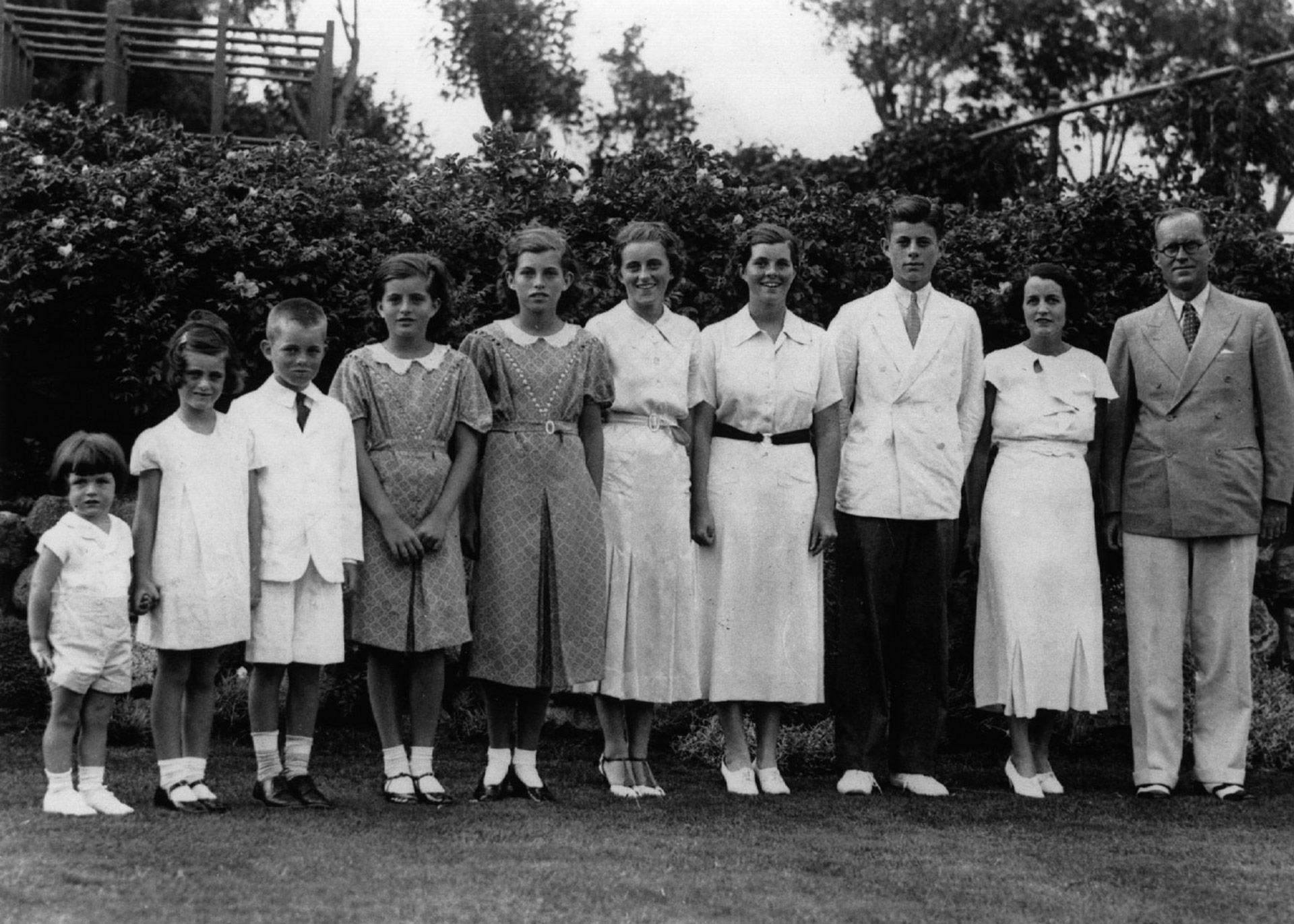 El multimillonario Joseph P. Kennedy junto a su esposa Rose y ocho de sus nueve hijos en 1937: el tercero de derecha a izquierda es John F. (Photo by Keystone/Getty Images)