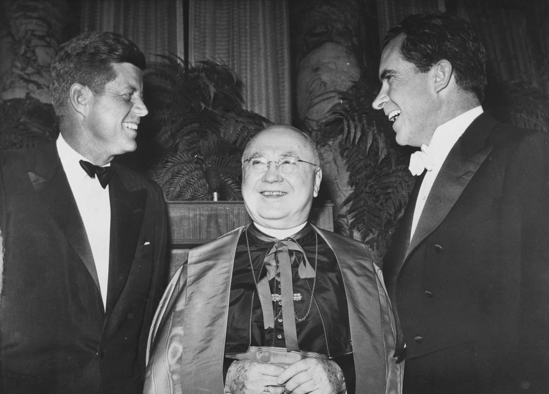Francis Spellman, arzobispo deNueva York, escoltado en 1960 por los entonces candidatos a la presidencia John F Kennedy yRichard Nixon at New York (Keystone/Getty Images)