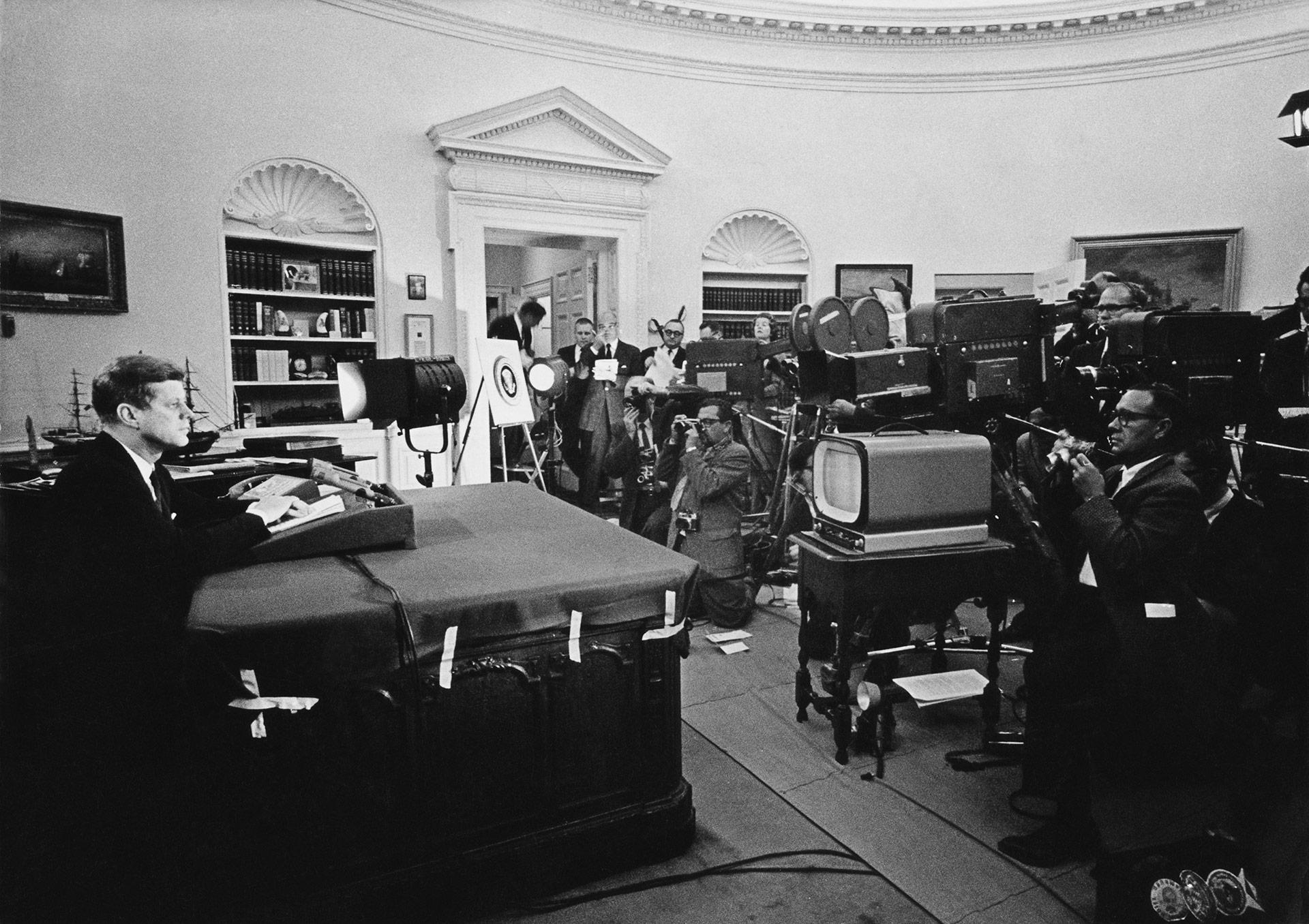 El presidente anuncia el comienzo del bloqueo naval deCuba y advierte a la Unión Soviética que aplicará sanciones, durante la crisis de los misiles en 1962 (Keystone/Getty Images)