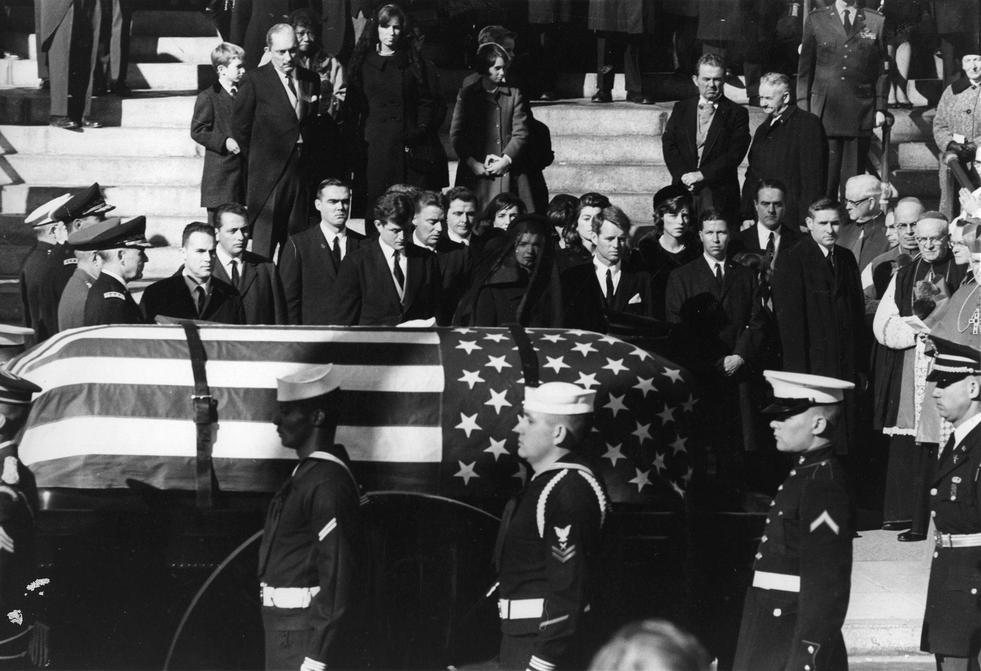 Jacqueline Kennedy, Edward Kennedy y Robert Kennedy durante el funeral de Estado para John F. Kennedy (Keystone/Getty Images)