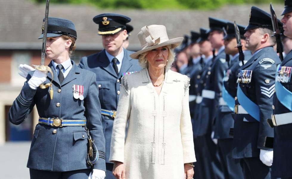 La duquesa de Cornualles pasa revista a tropas en Aylesbury, Inglaterra, el pasado día 24.