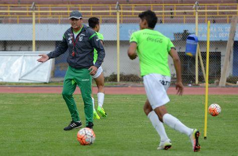 El seleccionador nacional, Mauricio Soria, observa a un juvenil durante un entrenamiento. Foto: Archivo La Razón