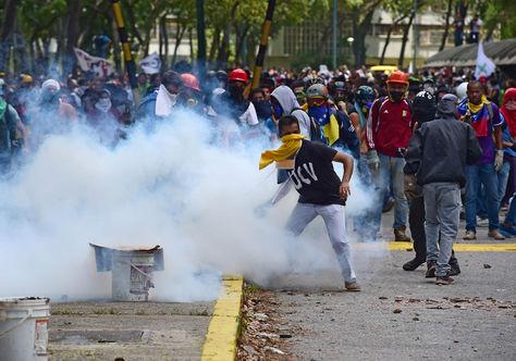 Estudiantes de la Universidad Central de Venezuela chocan con la Policía durante la protesta contra el gobierno en Caracas. Foto: AFP