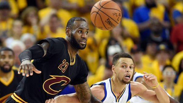 LeBron James y Stephen Curry, las figuras de cada uno de los equipos (Reuters)