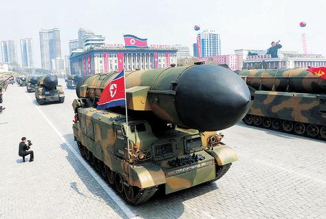 Misil norcoreano es transportado a una base militar. Foto: AFP