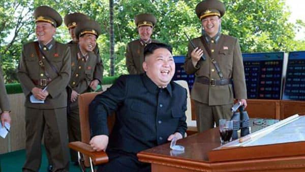 Kim Jong-un ríe junto a sus asesores