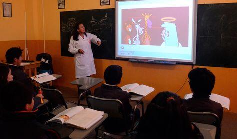 Una profesora durante sus actividades diarias