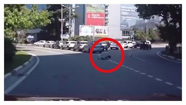 YouTube: El momento en que una niña cae de la maletera y su madre sigue su camino [VIDEO]