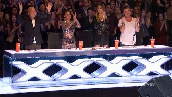 La ovación del jurado al terminar la canción