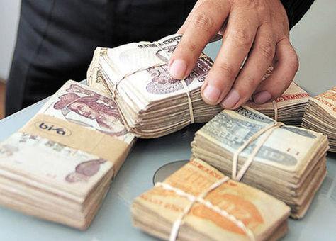 Un ciudadano retira una alta suma de dinero de una entidad financiera. Foto: La Razón - archivo