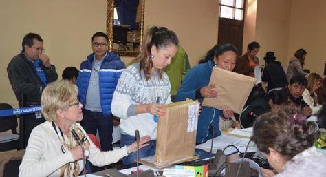 Comisión Mixta de Constitución en plena revisión de requisitos comunes y específicos de postulantes al TSJ y TCP. Foto: Senado Bolivia