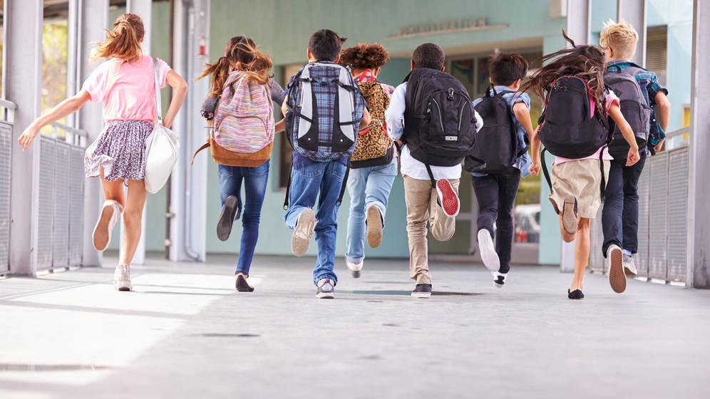 Foto: Un grupo de niños sale del colegio. (iStock)