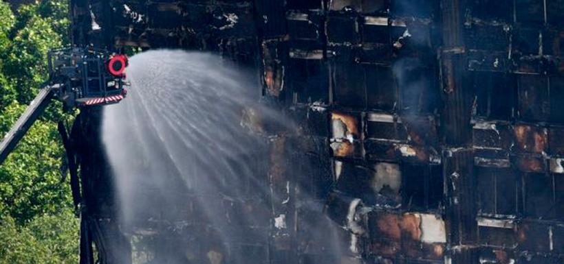 Las llamas consumieron casi todo en el interior del edificio ubicado en el centro-oeste de Londres. Foto: EPA