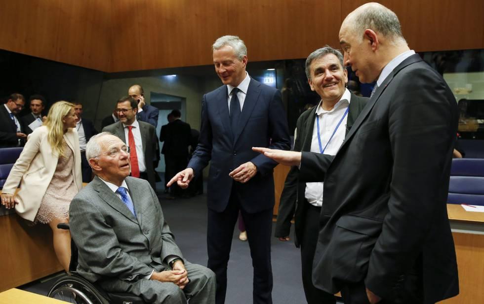 El ministro alemán de Finanzas, Wolfgang Schäuble, con sus homólogos francés, griego y europeo, en Luxemburgo.
