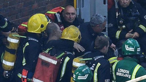 Los servicios de emergencia siguen buscando víctimas luego de apagar el fuego