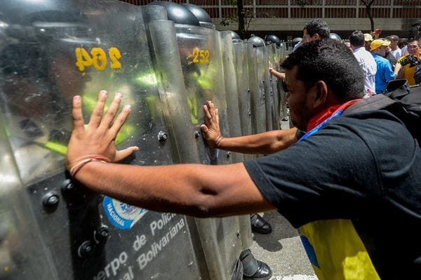 La policía militar chavista reprime brutalmente a los opositores hace dos meses