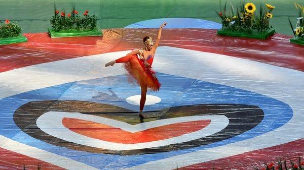 El césped fue recubierto por una tela de 7 kilómetros para el despliegue de la ceremonia inaugural (AFP)